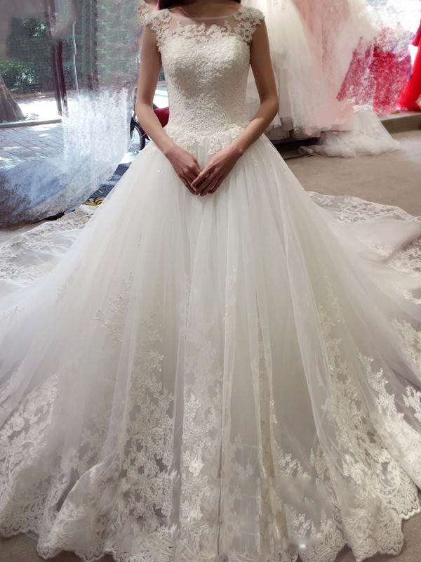 Ball Gown Bateau Sleeveless Court Train Tulle Wedding Dresses with Applique