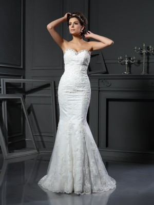 Sheath/Column Sweetheart Sleeveless Court Train Net Wedding Dresses with Beading